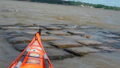 Tras la intensa bajante del río Paraná, la malla geotextil quedó a la vista.