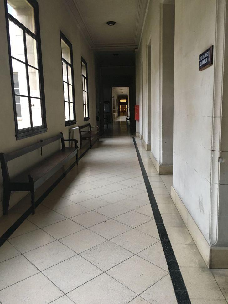 PASILLOS VACIOS. En la sede de Córdoba no está prevista la apertura para actividades presenciales. Se impone el teletrabajo.