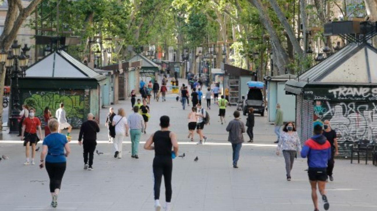 Los españoles salieron a las calles luego de 48 días encerrados.