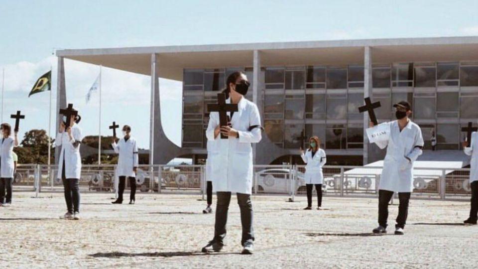 La impactante protesta del personal sanitario brasileño. Al menos 55 han muerto por el coronavirus.