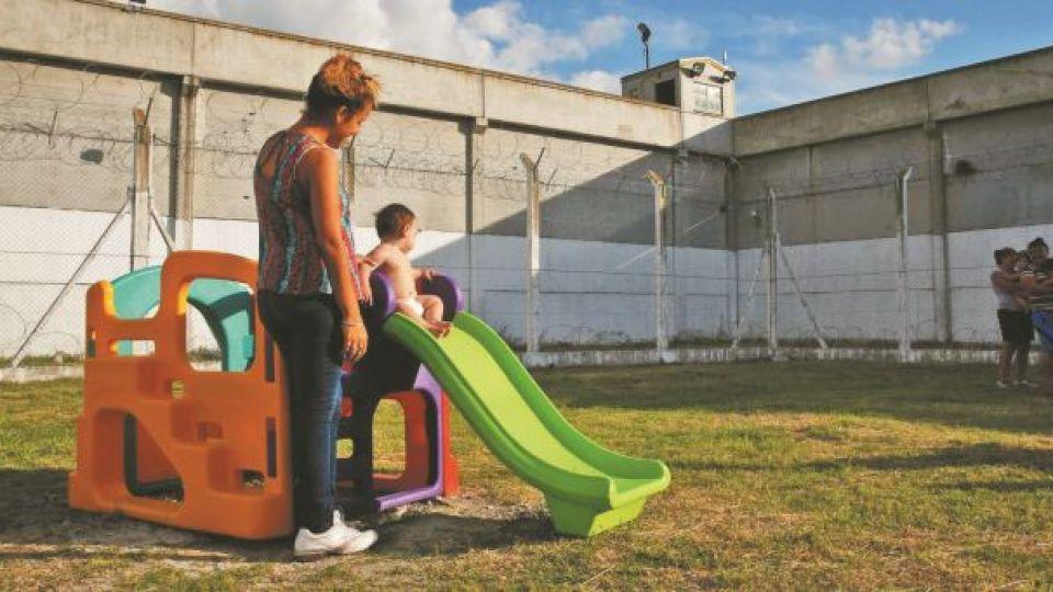 NIÑOS EN LAS CARCELES. La permanencia de hijos pequeños con sus madres en el encierro es traumática.