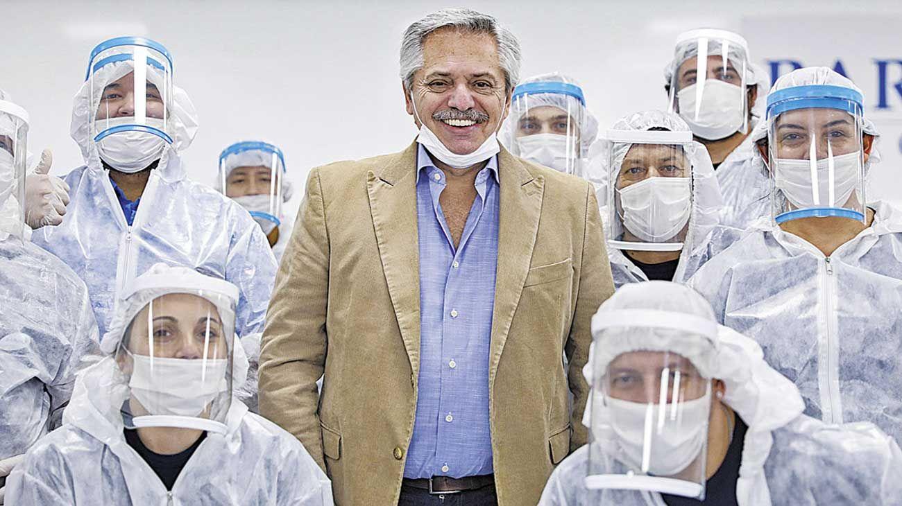 Protección. El Presidente visitó una fábrica de máscaras en San Martín.