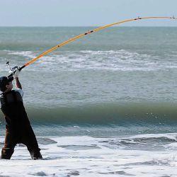 Un lanzamiento largo suele ser decisivo para pescar cuando se practica surfcasting.
