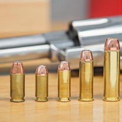 Calibres: de izquierda a derecha .22 LR, 9x19, .45 ACP, .40 S&W, 10 mm Auto, .357 Mag, .44 Mag y .500 Mag con puntas de 350 y 500 grains.