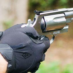 La versión con cañón de 4 pulgadas, es más equilibrada a la vista pero aprovecha menos la potencia del cartucho.