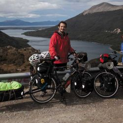 Dos bicis configuradas para cicloturismo: alforjas traseras, delanteras y carrito, bolso manillar, manubrio mariposa, stem regulable, horquilla rígida y espejo.