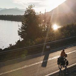 Comenzar con tiempo a buscar el lugar dónde dormir. Arribar a él antes de que caiga la tarde nos ahorrará el apuro y la preocupación de exponernos a pedalear de noche en la ruta.
