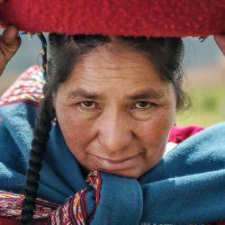 Andes mágicos recorre la cordillera desde la Argentina hacia el norte, reflejando las historia de sus habitantes y su relación con las montañas.