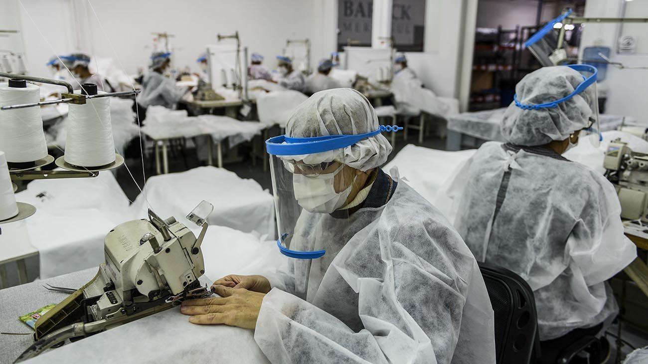 Tres empresas argentinas se reinventaron y comenzaron a producir insumos sanitarios, con ayuda del Estado nacional, producto de las necesidades de los hospitales y centros de salud debido a la gran demanda de barbijos, camisolines y cofias, esenciales para la atención de pacientes durante la pandemia del coronavirus.