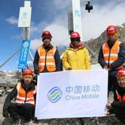 Los operarios de China Mobile durante la instalación de una de las antenas en los campamentos del monte Everest, ubicados por encima de los 5000 metros de altura