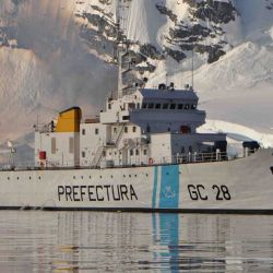 Prefectura Naval Argentina cuenta con 6 barcos guardacostas offshore que realizan guardia permanente. Cada uno tiene una tripulación aproximada de 40 personas.