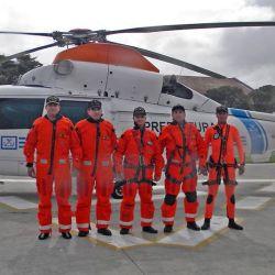 Tripulación del helicóptero de patrullaje, lista para abordar.