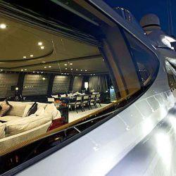 Vista de un lateral del Superyacht A, dónde se puede apreciar su exquisito diseño.