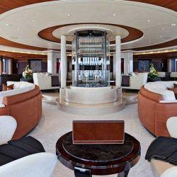 El Serene y su gran living. Este barco puede recibir hasta 24 invitados.
