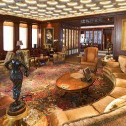Lujosa sala de estar del Dubai. Este gran yate puede recibir hasta 115 invitados.