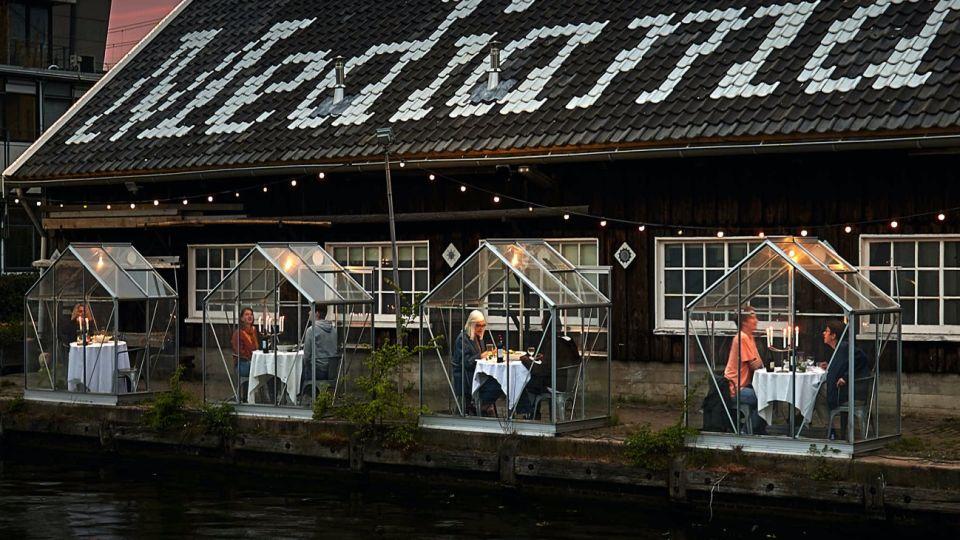 """En Holanda, una empresa propone """"jaulas de cristal"""" para bares y restaurantes para cuando pase el Covid19."""