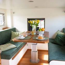 Cuenta con una zona de asientos para 4-6 personas con mesa giratoria eléctrica, que se puede ajustar a gusto.