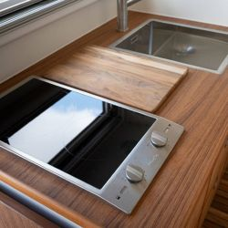 La cocina incluye horno, anafes eléctricos y otros dispositivos.