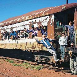 Los caravaneros se apoderan de un vagón y posan en la estación del Km 1.506 ramal C14.