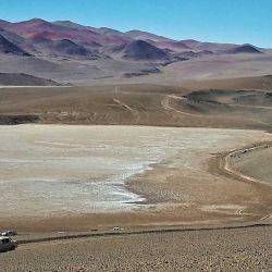 Los vehículos bordean uno de los tantos salares, en este caso el de Río Grande, camino a mina La Casualidad.