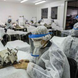 2020-05-05 - 19:41:00 hs.  Buenos Aires: Tres empresas se reconvirtieron en plena crisis  Tres empresas argentinas se reinventaron y comenzaron a producir insumos sanitarios, con ayuda del Estado nacional, producto de las necesidades de los hospitales y centros de salud debido a la gran demanda de barbijos, camisolines y cofias, esenciales para la atencion de pacientes durante la pandemia del coronavirus. | Foto:telam