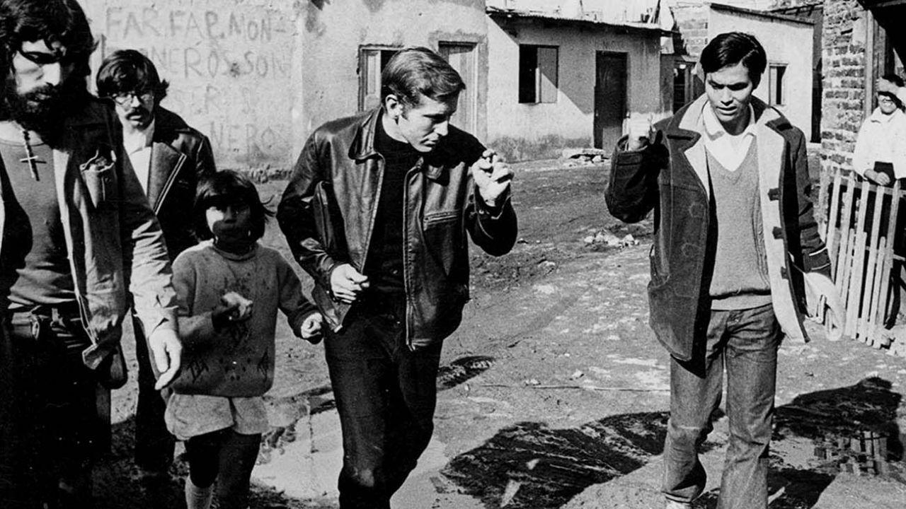 Carlos Mugica, el cura que da nombre al barrio de la Villa 31 y que más influyó a Francisco | Perfil