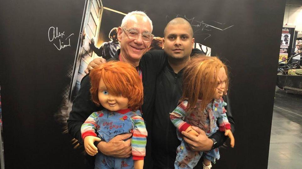 """John Lafia posa con un fan en una convención de """"horror"""""""