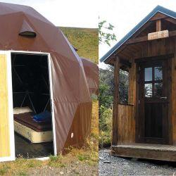 Además de los domos, hay un sistema de refugios de madera con catres y baño seco en el exterior.