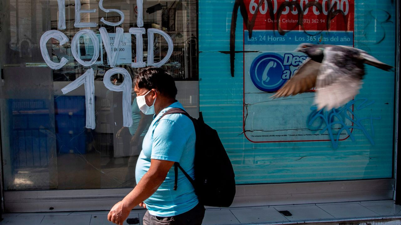 Una persona pasa junto a una farmacia donde se realizan pruebas de Covid-19 en la comuna de Recoleta, que fue puesta en cuarentena anoche para frenar la propagación del nuevo coronavirus COVID-19, en Santiago, el 6 de mayo de 2020. - Las autoridades de salud de Chile se endurecieron medidas obligatorias de confinamiento en Santiago el miércoles, ante un aumento en los casos de coronavirus, totalizando 23,048 infectados y 281 muertes en el país. (Foto por MARTIN BERNETTI / AFP) | Foto:AFP