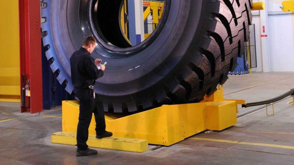 Así es el neumático de Goodyear que pesa tanto como un elefante