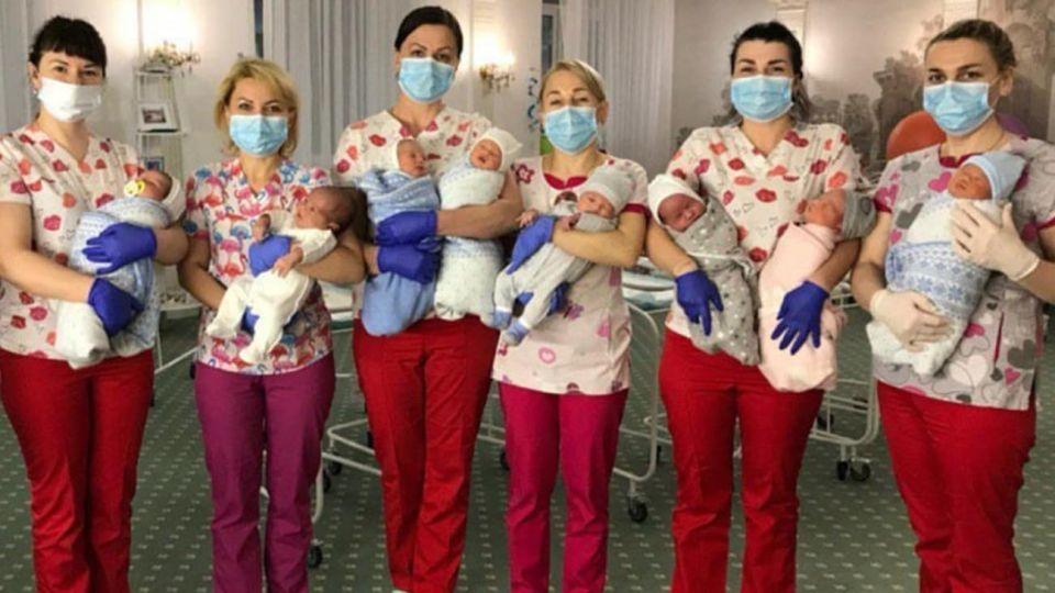 Enfermeras en Kiev cuidan a los bebés subrogados mientras sus padres intentan llegar a la ciudad