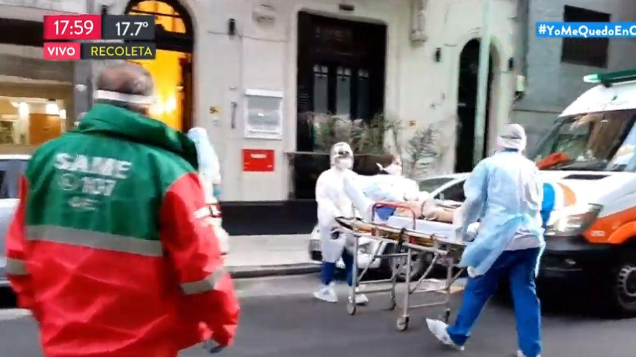 Uno de los ancianos del geriátrico de Paraguay 2400 es retirado en una ambulancia.