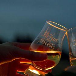 También, en tiempos regulares, dan cursos de apreciación de la bebida ambarina, hacen catas y funciona un club de amantes del whisky con 5.000 miembros.