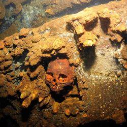Los restos humanos de un soldado japonés quedan inmortalizados por el calor de la explosión.