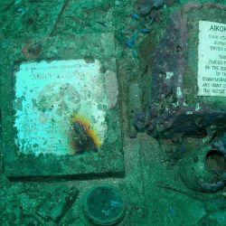 Esta placa se colocó en febrero de 1994, en el 50 aniversario, y está dedicada a la preservación y el respeto de los barcos restantes como patrimonio.