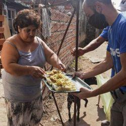 Entrega de viandas en barrios donde la pandemia pega duro en la economía | Foto:cedoc