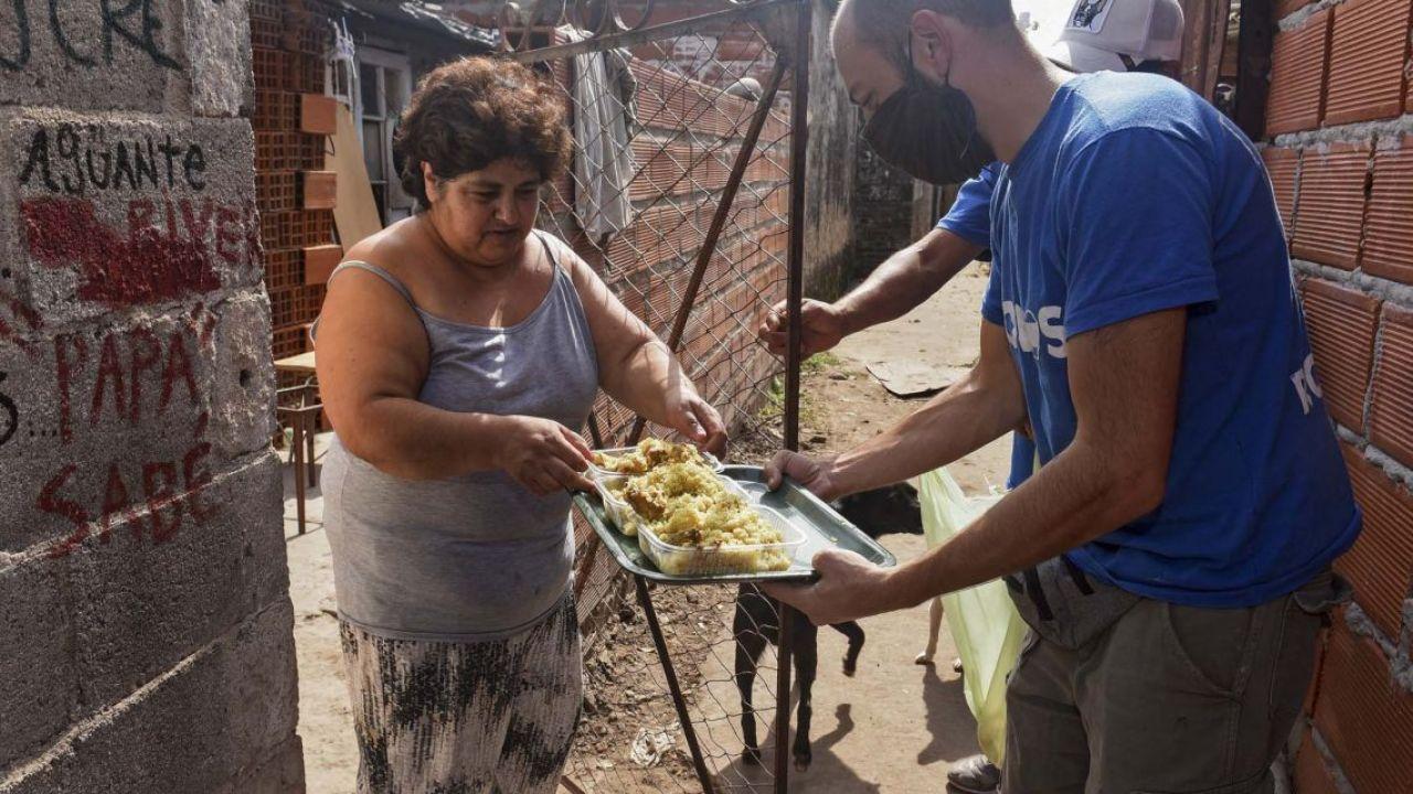 Entrega de viandas en barrios donde la pandemia pega duro en la economía   Foto:cedoc