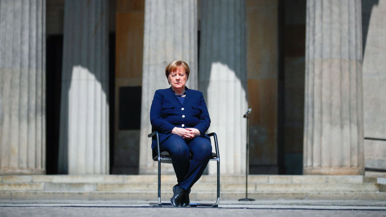 La canciller alemana, Angela Merkel, asiste a una ceremonia de colocación de coronas de flores para conmemorar el 75 aniversario del final de la Segunda Guerra Mundial, en el Neue Wache Memorial en Berlín, Alemania, el 8 de mayo de 2020. - Europa y los Estados Unidos marcan 75 años desde el final de La Segunda Guerra Mundial, el viernes 8 de mayo de 2020, en un estado de ánimo sombrío, ya que la pandemia de coronavirus forzó la cancelación de ceremonias elaboradas, incluso cuando Berlín declara por primera vez unas vacaciones excepcionales. (Foto por HANNIBAL HANSCHKE / POOL / AFP) | Foto:AFP