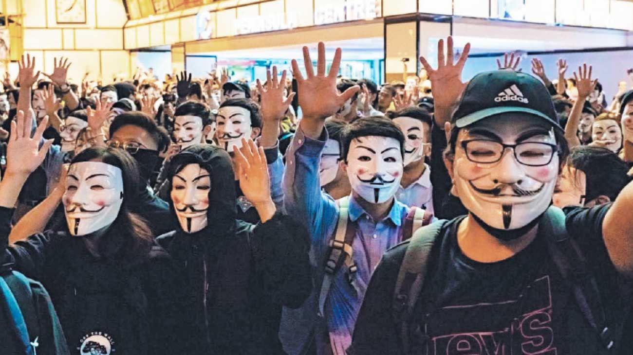 """Anonimos. Cuando las tensiones y las desigualdades se tornan extremas, se oscila entre la paranoia, que ve la dominación en todas partes, y la violencia, que la revela mediante la acción y que permite identificar al """"enemigo""""."""