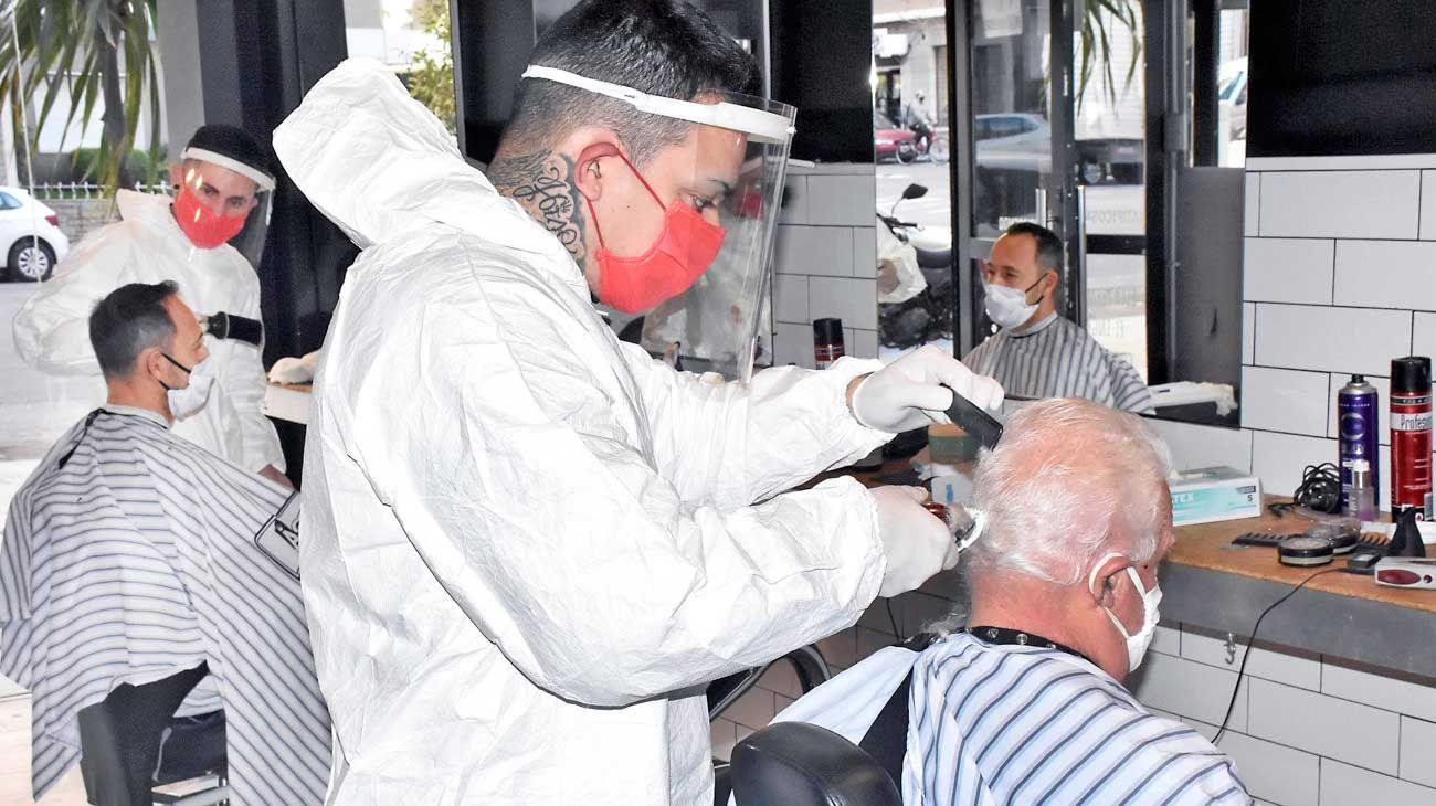 Piloto. Ayer se implementó una nueva manera de trabajo para los peluqueros de Mar del Plata.