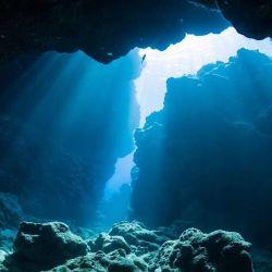 Así se ve el agua del océano durante los primeros metros de la inmersión.