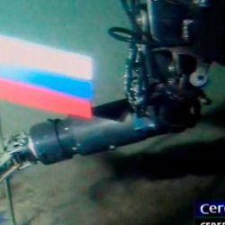 Bandera rusa plantada en el fondo del océano, a más de 10.000 m de profundidad.