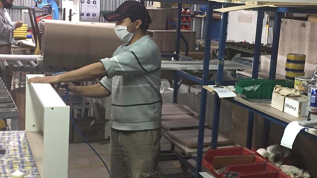 Una fábrica de muebles en Santa Fe volvió a producir bajo protocolo por Covid-19