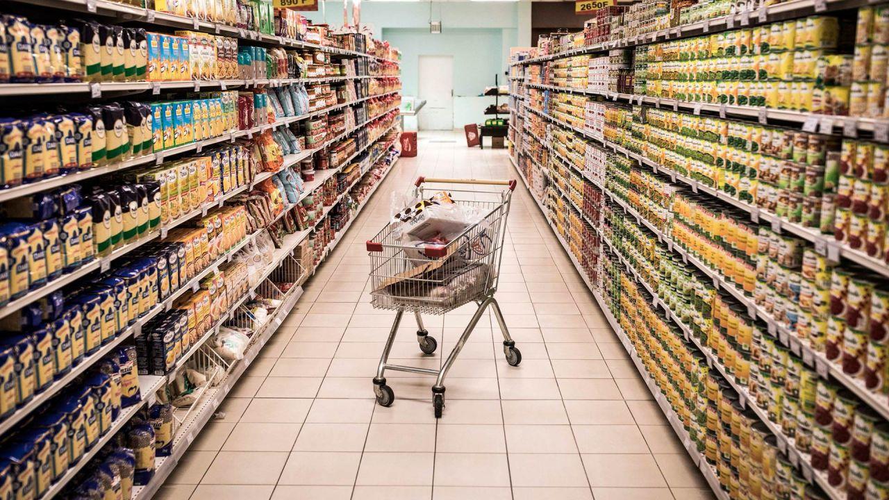 Una carretilla se fotografía en un supermercado vacío en Dakar el 11 de mayo de 2020. - Se están cerrando grandes supermercados en días específicos durante algunas semanas para desinfectarlos contra la propagación del coronavirus COVID-19. (Foto por JOHN WESSELS / AFP) | Foto:AFP