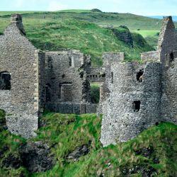 El Castillo de Dunluce es una edificación medieval abandonada y en ruinas, situada en la cima de un acantilado con vistas al mar en el Condado de Antrim.
