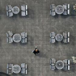 Una vista aérea muestra un café reabierto en el lugar de Kennedy en Esssen, oeste de Alemania, el 12 de mayo de 2020, en medio de la actual pandemia de coronavirus Covid-19. - Se permitió la reapertura de cafeterías y restaurantes en el estado federal occidental de Renania del Norte-Westfalia bajo estrictas condiciones de higiene después de dos meses de cierre. (Foto por Ina FASSBENDER / AFP)   Foto:AFP