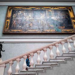 Un visitante con una máscara facial sube un tramo de escaleras en el museo Alte Nationalgalerie (Old National Gallery) en Berlín el 12 de mayo de 2020, después de que el museo reabrió sus puertas al público después de una relajación de las restricciones de cierre debido a la nueva pandemia de coronavirus COVID-19. (Foto por John MACDOUGALL / AFP)   Foto:AFP