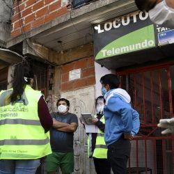 2020-05-11 - 13:00:00 hs.  Buenos Aires: Vizzotti y Quiros encabezan el operativo para detectar casos de coronavirus en el barrio 1-11-14  Comenzó esta manana en el barrio 1-11-14, en la zona del Bajo Flores, la aplicacion del programa Detectar (Dispositivo Estrategico de Testeo para Coronavirus en Terreno de Argentina), que busca testear a personas con sintomatología de Covid-19 para darles atencion temprana y aislarlas de ser necesario en caso de ser positivas.   Foto:telam