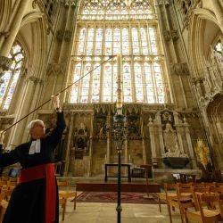 Maggie McLean, la Canon Missioner en York Minster, enciende la Vela Pascual, un símbolo cristiano de Cristo levantándose de la tumba vacía el primer día de Pascua, en la Capilla Lady Minster de York en York, norte de Inglaterra, el 12 de mayo de 2020. (Foto por OLI SCARFF / AFP)   Foto:AFP