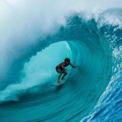 Matahi Drollet, de 22 años, tahitiano, surfista profesional en acción en Teahupoo, frente a la costa de Tahití, en la Polinesia Francesa, el 11 de mayo de 2020, en el primer gran oleaje desde el final el 30 de abril, de las medidas locales de bloqueo establecidas para detener la propagación. del nuevo coronavirus (COVID-19). - El lugar de Teahupoo, en la península de Tahití, ha sido elegido para organizar los eventos de surf de los Juegos Olímpicos de París 2024. (Foto por Suliane FAVENNEC / AFP)   Foto:AFP